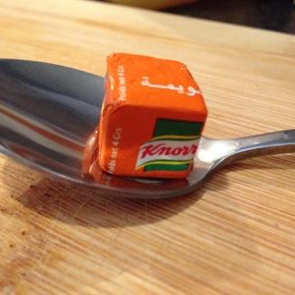 Voici le cube safrané Knorr, très petit comme vous pouvez le voir.