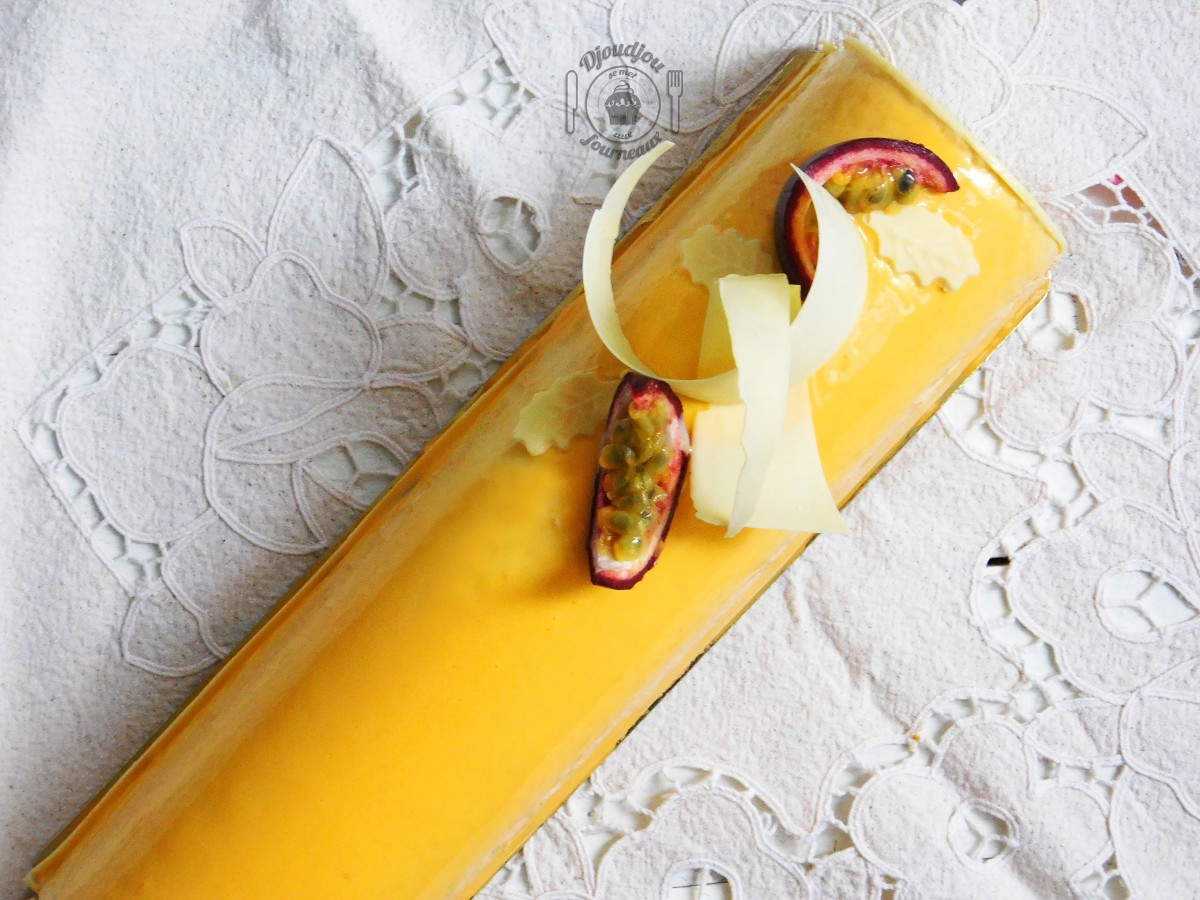 Bûche exotique à la mangue, fruits de la passion et noix de coco